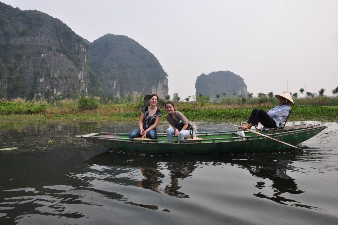 Voluntarias explorando la bahía HaLong.